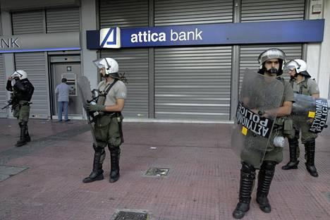 Poliisit ovat vartioineet pankkeja Kreikassa.