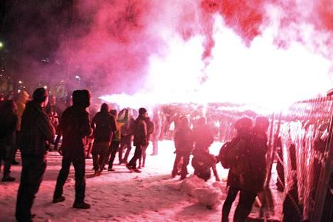 Poliisit ja kiakkovieraat-nimellä kulkevat anarkistit ja mielenosoittajat Tampere-talolla.