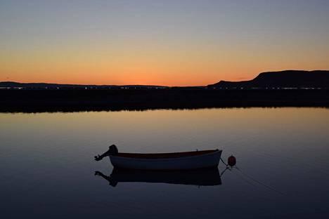 Auringonlasku Varanginvuonolla salpaa hengen. Jakobselvin kalastusveneet ovat valmiina seuraavaan aamuun.