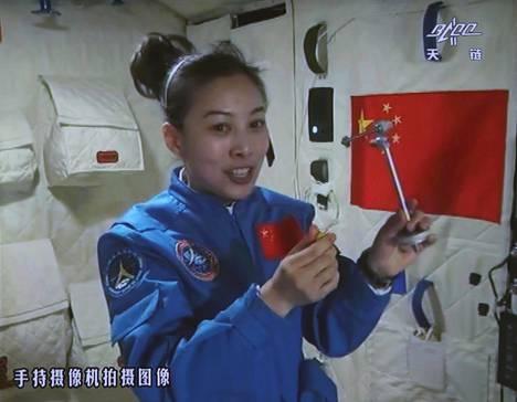 Kiinalla on jo kokemusta miehitetyistä avaruuslennoista Maan kiertoradalle. Taikonautti Wang Yaping oli mukana Shenzhou X -aluksen lennolla kesällä 2013.