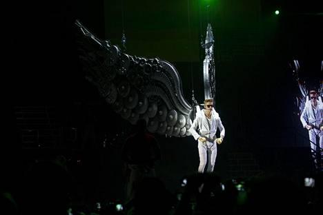 Justin Bieber esiintyi Suomessa ensimmäistä kertaa vuonna 2013. Tuolloin tunnin myöhässä keikkansa aloittanut poptähti laskeutui lavalle valtavat siivet selässään.