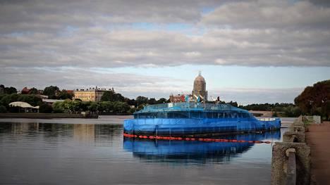 Elokuussa Viipurissa oli suuri venäläinen Ikkuna Eurooppaan -elokuvafestivaali, jonka kunniaksi Korolenkon raatoa kaunistettiin käärimällä se siniseen muoviin. Muovit ovat kuitenkin jo alkaneet irrota ja rikkoutua.