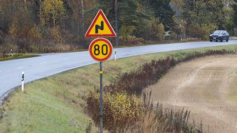 Kyselyyn vastanneista joka toinen kokee, että muu liikenne pakottaa usein ajamaan kovempaa kuin haluaisi ajaa. Liikenneturva muistuttaa, että nopeusrajoituksille on syynsä. Nopeuden kasvaessa myös riskit lisääntyvät.
