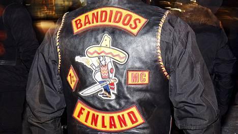 Bandidos-moottoripyöräkerhon logo mielenosoittajan liiveissä Helsingissä vuonna 2017.