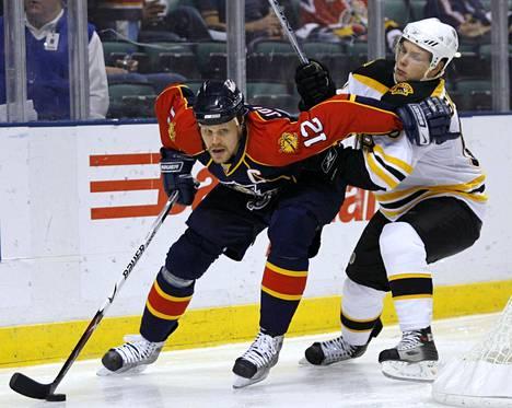 Florida Panthersin Olli Jokinen (vas.) vauhdissa NHL-pelissä marraskuussa 2007.