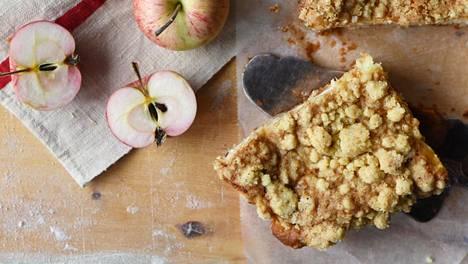 Hittipiirakan syksyinen versio mehevöitetään jogurtilla ja täytteeksi viipaloidaan runsaasti omenia.