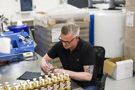 Heidell tarkistaa jokaisen pullon ja kirjaa niihin puumerkkinsä.