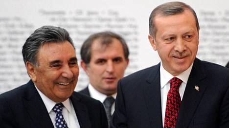 Liikemies Aydin Dogan (vas.) ja Turkin presidentti Recep Tayyip Erdogan