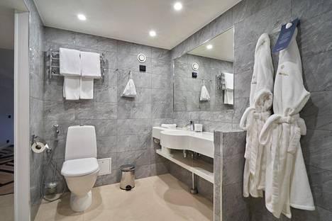 Pop & Rock -sviitin kylpyhuone on harmaa.