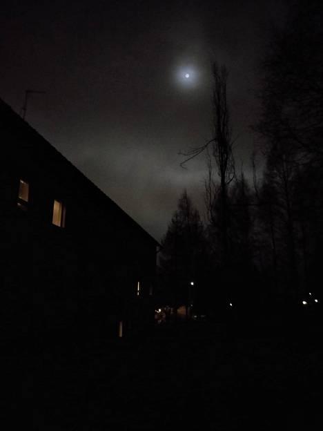 Ilomantsissa kuu paistoi himmeänä.