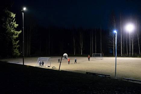 Ilta alkaa jalkapallolla Ilolan koulun pihalla. Seuraavaksi lapset ja nuoret kokoontuvat leikkimään pimeäpiilosta.