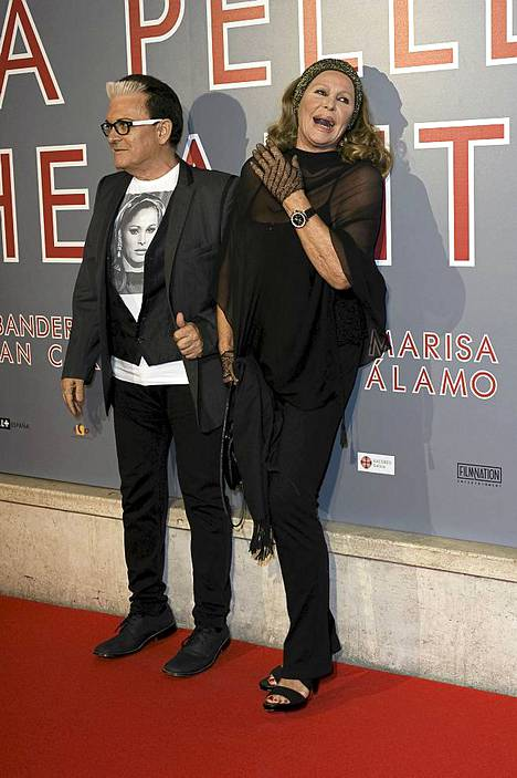 Ursula Andress Cristiano Malgioglion kanssa La Piel Que Habiton ensi-illassa.