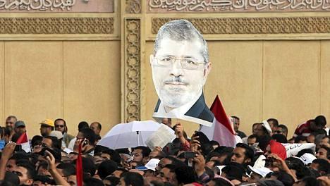 Mursin tukijat marssivat presidentinpalatsin edessä.