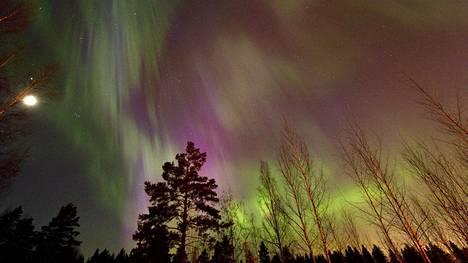 Kauniita revontulia nähtiin myös sunnuntaina 17. maaliskuuta 2013 illalla Hyvinkäällä.