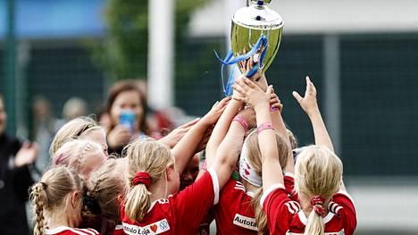 NuPS:n pelaajat juhlivat LePa–NuPS-ottelussa jalkapallon Helsinki Cupin finaalipäivänä.
