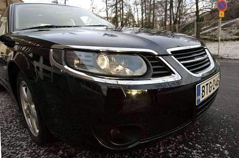 Saab 9-5 Aero Sportcombi on sukua kuvassa esiintyvälle edellisen sukupolven Saab 9-5 Sedanille.
