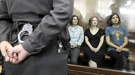 Nadezda Tolokonnikova, Maria Aljohina ja Jekaterina Samutsevitsh tuomittiin huliganismista kahdeksi vuodeksi vankeuteen.