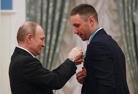 Putin antoi suurelle tukijalleen, Pietarin SKA:n tähtihyökkääjälle Ilja Kovaltshukille kunniamerkin.