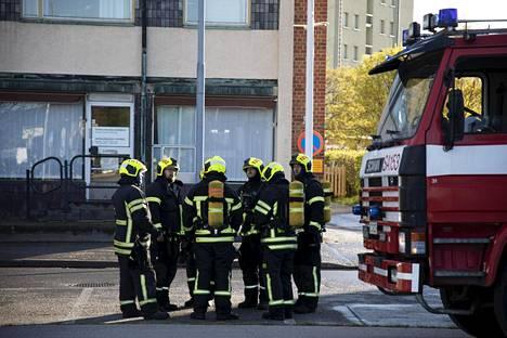 Palomiehiä kerrostalon tulipalon sammutustöissä.