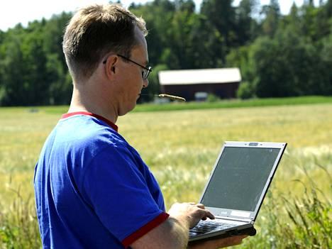 Monen suomalaisen reissuvarustukseen kuuluu kannettava tietokone, joka ei pysy kiinni lomallakaan.