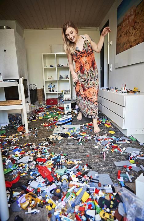Kolmen lapsen perheessä riittää legoja. Niiden järjestämisen suhteen Laura on luovuttanut.