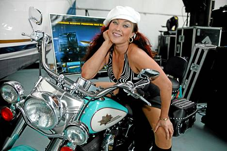 """Tangomaailman """"tuhmaksi tytöksi"""" kutsuttu Saija Varjus harrasti aktiivisesti moottoripyöräilyä."""