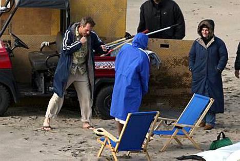 Hugh Laurie piti itseään lämpimänä otosten välillä.