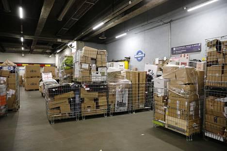 Helsingin sydämessä, maan alla, Matkahuollon logistiikkaterminaalissa työskentelee parisataa henkeä.