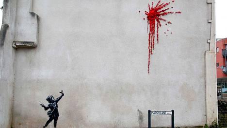 Maalauksessa tyttö ampuu ritsalla ilmaan punaisia kukkia.