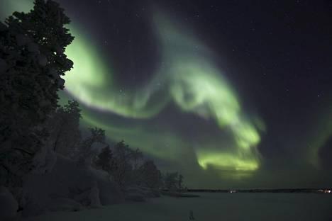 Lapissa ei tarvitse kantaa näillä näkymin huolta. Jouluna on lunta. Kuva viime vuoden jouluyöltä, jolloin Inarissa nähtiin upeita revontulia.