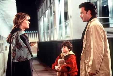Annie (Meg Ryan), Jonah (Ross Malinger) ja Sam (Tom Hanks) hitiksi kohonneessa Uneton Seattlessa -romanttisessa komediassa.