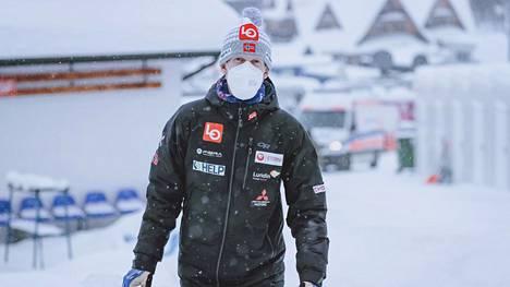 Robert Johansson osallistui lehdistötilaisuuteen, jossa Norjan koronakuri petti.