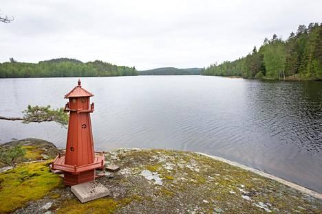 Eskonniemillä on oma niemi erämaajärven rauhassa.