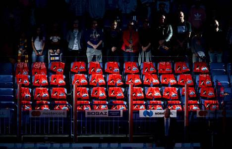 Ottelun alussa oli hiljainen hetki lento-onnettomuudessa menehtyneiden Lokomotiv Jaroslavlin pelaajien muistoksi.