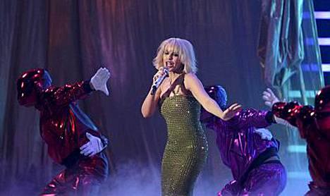 Kylie sai ihailijaltaan hulppean drinkin voittoisan Brit Awards -gaalan jälkeen.