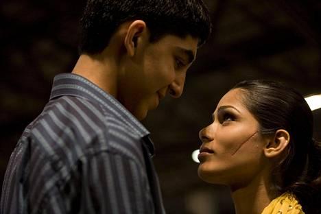 Intialaissyntyinen Pinto nousi kuuluisuuteen palkintoja kahmineesta Slummien Miljonääri -elokuvasta. Hän seurusteli vastanäyttelijänsä Dev Patelin kanssa kuusi vuotta.