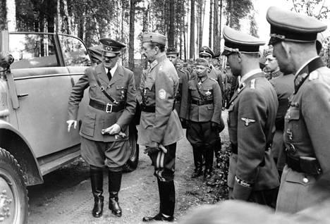 Hitler esittelee Steyr-maastoautoa Mannerheimin syntymäpäivillä vuonna 1942.
