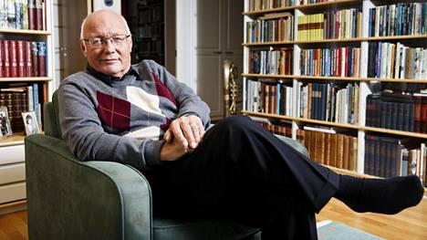 Heikki Hietamies lukee paljon ja hän on myös itse kirjoittanut 22 kirjaa.