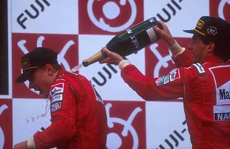 Mika Häkkinen ja Ayrton Senna nousivat palkintopallille tallitovereina Japanissa 1993.