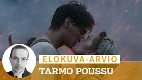 Markku Pölösen ohjaamassa Oma maa -elokuvassa Veikko (Konsta Laakso) ja Anni (Oona Airola) raivaavat umpimetsästä paikan omalle kodille.