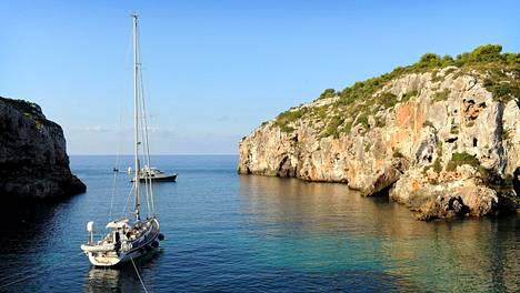 Meri on Menorcan parhaita asioita, mutta siitä nouseva, vanhoihin taloihin sisälle jämähtävä, talvinen kosteus menee luihin ja ytimiin.