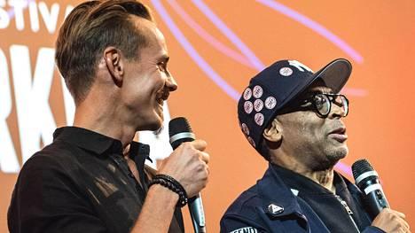 Jasper Pääkkönen ja Spike Lee vitsailivat iloisina lauantaina Helsingissä Rakkautta & Anarkiaa -festivaalilla ennen Blackkklansman-elokuvan näytöstä.