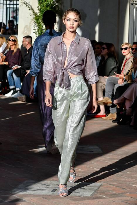 Gigi Hadid Alberta Ferrettin mintunvihreissä housuissa.