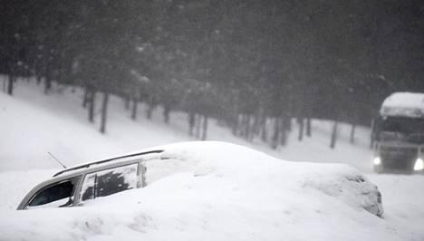 Auto suistui tieltä Vantaalla.