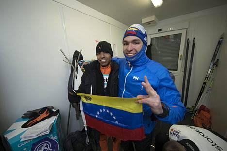 Adrian Solano ja Cesar Baena poseerasivat huoltokopissaan hiihdon jälkeen.