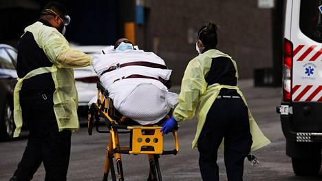 Potilasta kuljetetaan Mount Sinain sairaalaan New Yorkissa.