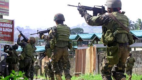 Filippiinien armeijan sotilaita kuvattuna Marawissa torstaina.