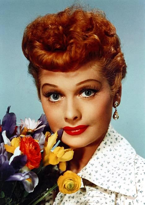 Näyttelijä Lucille Ball näyttää mallia 1940-luvun kikkurasta otsismuodista.