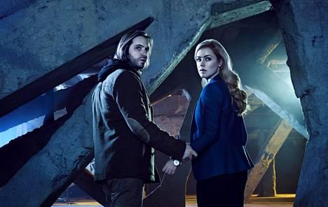 Uudessa 12 Monkeys -sarjassa James Cole (Aaron Stanford) ja tohtori Cassandra Railly (Amanda Schull) yrittävät estää ruttokatastrofin.