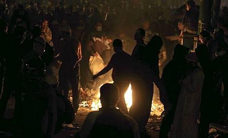 Mielenosoittajat sytyttivät tulia Tahririn aukiolla keskiviikkona.